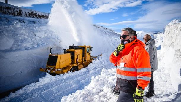 Sechs Meter hohe Schneewand versperrte Grenze