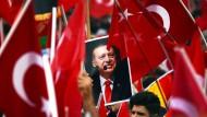 Der türkische Staatspräsident Erdogan spaltet mit seinem Verfassungsreferendum die Deutschtürken.