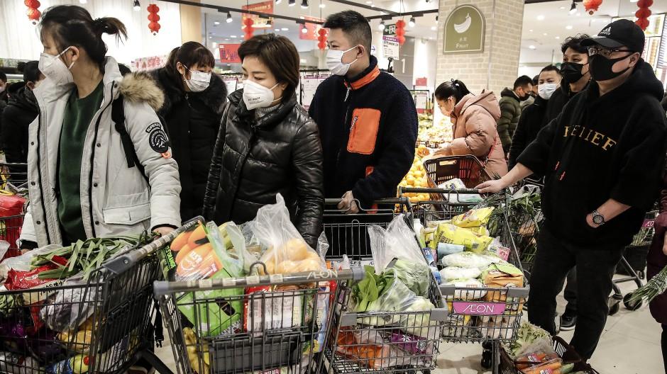 Angst vor dem Virus: Die Menschen in Wuhan kaufen ein, solange noch Geschäfte geöffnet und Regale gefüllt sind.