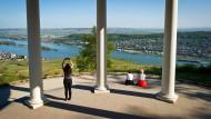 Blick über das Rheintal: Die Unterschriften für die Machbarkeitsstudie einer Rheinbrücke sind geprüft.