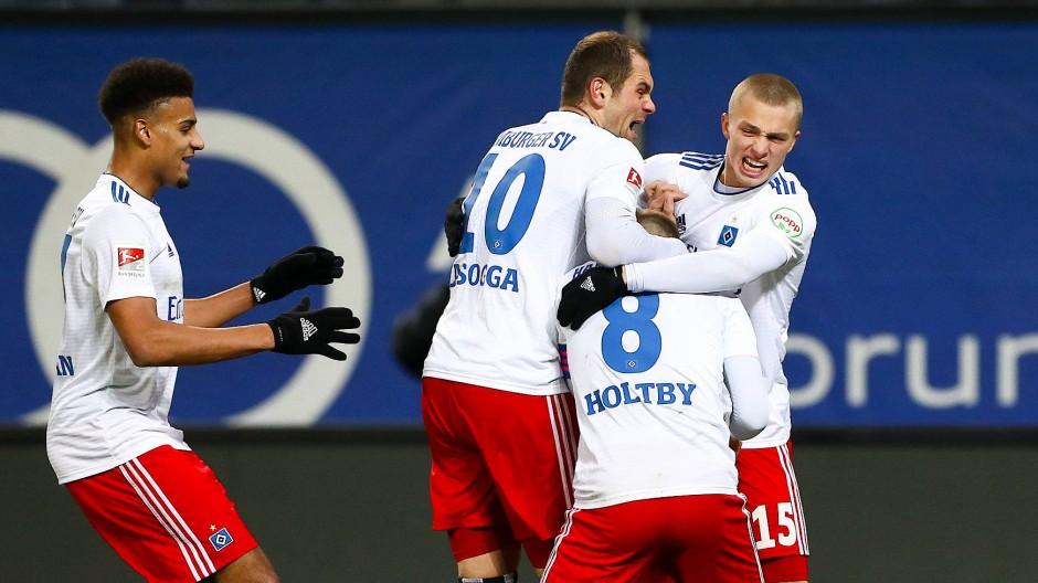 Hamburger Freude: Torschütze Lewis Holtby wird von seinen Teamkollegen fast überrannt.