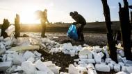 Freiwillige transportieren nahe des niederländischen Dorfs Moddergat gereinigte Überreste der über Bord gegangenen Schiffscontainer ab.