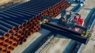 Rohre für die Nord Stream 2 im Hafen von Sassnitz-Mukran (Archivbild aus 2016)