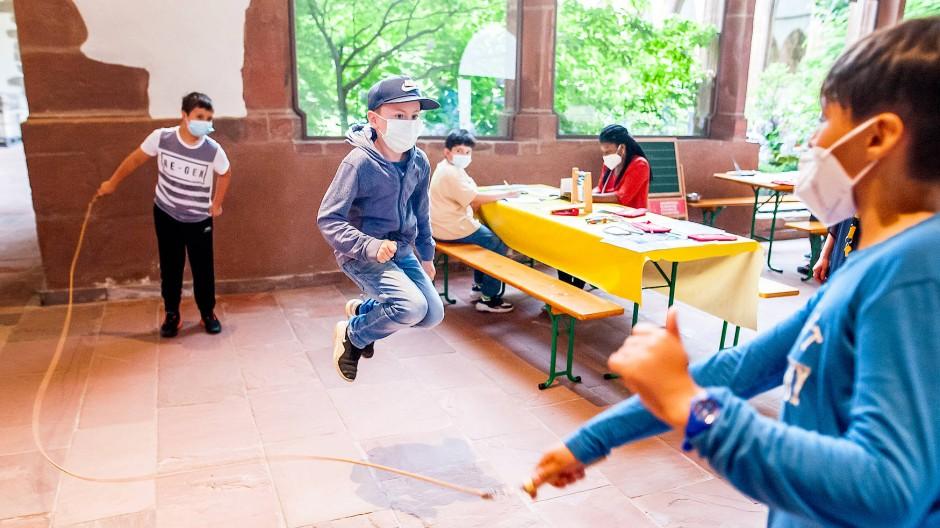 """Luftig: Schüler spielen """"Schwingseil""""-Springen im Kreuzgang des Karmeliterklosters in Frankfurt. Heute ist in dem Gebäude das Institut für Stadtgeschichte."""