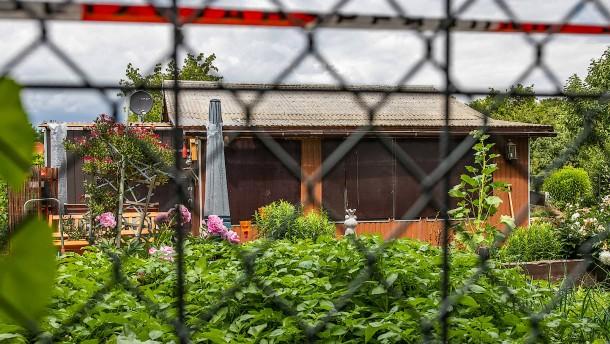 Polizei reißt Gartenlaube im Münsteraner Missbrauchsfall ab