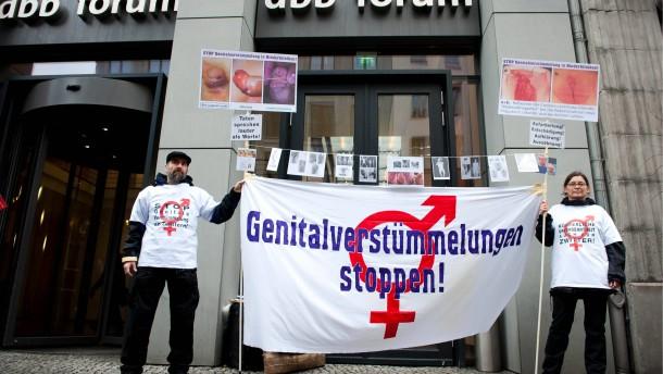 Protest gegen Genitalverstuemmelungen