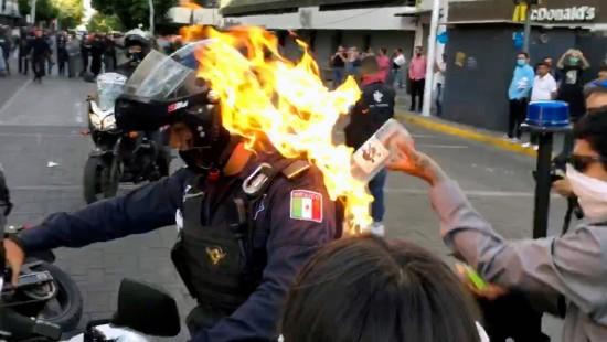 Demonstrant setzt Polizisten in Flammen