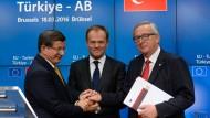 Ahmet Davutoglu, Donald Tusk und Jean-Claude Juncker im März 2016 in Brüssel