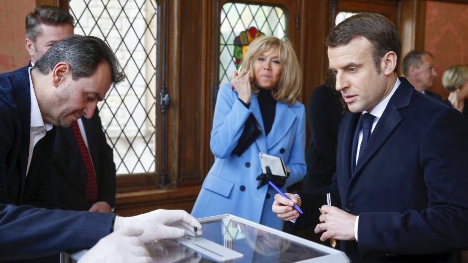Emmanuel Macron und seine Frau Brigitte bei der Stimmabgabe bei der Kommunalwahl in Le Touquet