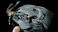 Ohne sie wären nicht nur die Achtziger viel öder gewesen: Grace Jones 2010 auf der Bühne in Aktion als Windsbraut.