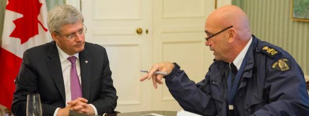 Kanadas Regierungschef Stephen Harper (links) lässt sich von Polizeichef Bob Paulson über die Geschehnisse in Ottawa unterrichten