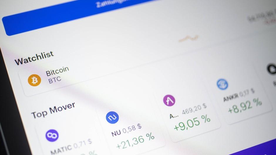 Auf dem Bildschirm eines Tablets sieht man in der App Coinbase die Kurse verschiedener Kryptowährungen.