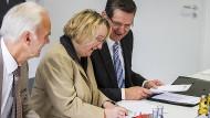 In bestem Einvernehmen: Wissenschaftsministerin Theresia Bauer unterzeichnet den Vertrag für das Heilbronner Masterzentrum mit der Dieter-Schwarz-Stiftung. Rechts neben ihr der damalige DHBW-Präsident Reinhold Geilsdörfers, links der ehemalige Geschäftsführer der Stiftung, Erhard Klotz