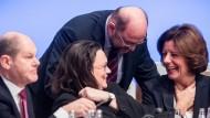 SPD-Chef Martin Schulz spricht mit seiner Stellvertreterin Malu Dreyer (rechts) und der Bundesfraktionsvorsitzenden Andrea Nahles, daneben SPD-Vize Olaf Scholz (links).