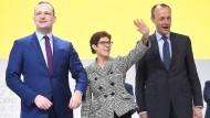 Annegret Kramp-Karrenbauer nach ihrer Wahl in Hamburg mit den Unterlegenen Jens Spahn (l.) und Friedrich Merz