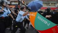 Unruhen und kein Ende: Demonstranten in Hongkong protestieren gegen Händler vom chinesischen Festland