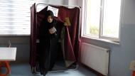 Eine Wählerin in einem Wahllokal in Istanbul
