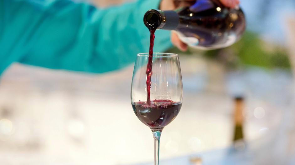Auch ein Rotwein kann zu warm werden: Weinhändler Heiner Lobenberg verrät, welche Temperatur ein Rotwein maximal haben sollte. (Symbolfoto)