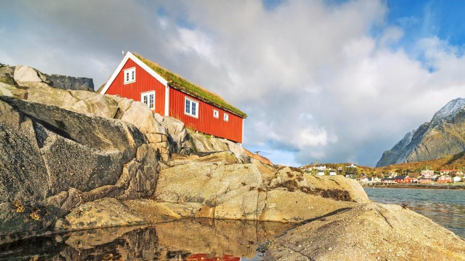 Haus auf den Lofoten: Dank ihres Staatsfonds können die Norweger im Alter beruhigt ihre schöne Natur genießen.