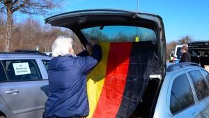 Aus Protest gegen Corona-Regeln im Auto-Korso nach Leipzig