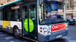 Busfahrer wirft Passagiere raus, die Rollstuhlfahrer keinen Platz machen