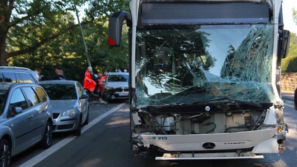 Vier Schwerletzte nach Unfall mit Bussen in Hagen