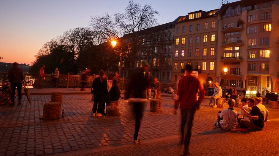 Junge Menschen genießen den Frühlingsabend auf der Berliner Admiralsbrücke.