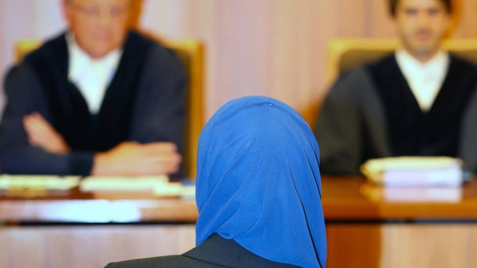 Eine Jurastudentin mit Kopftuch im Verwaltungsgericht in Augsburg (Archivbild von 2016)