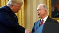 Schon lange keine Freunde mehr: Trump mit Sessions bei dessen Vereidigung im Februar 2017.