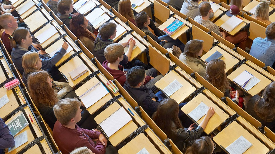 Studenten bei der Erstsemesterbegrüßung am Campus Koblenz der Universität Koblenz-Landau, 10. April 2014.