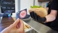 Viele Fans haben noch Geld auf ihren Karten aus dem Stadion der Frankfurter Eintracht.
