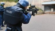Schusssicher: Beamte des Polizei-Notiterventionsteams üben mit neuer Ausrüstung auf der Schießanlage in Lorch.