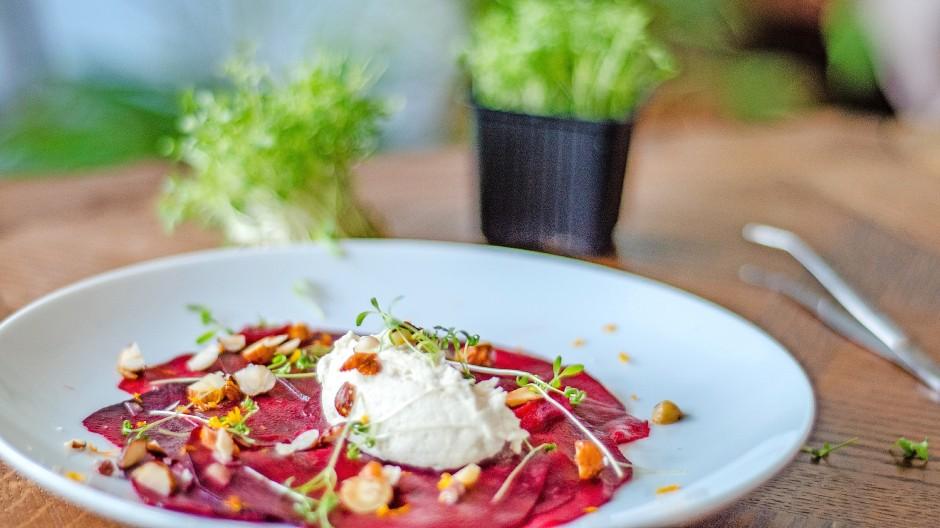 Gibt's auch aus dem Glas: Marcel Kruse und Geru Pulsinger fermentieren Rüben für ein Carpaccio.