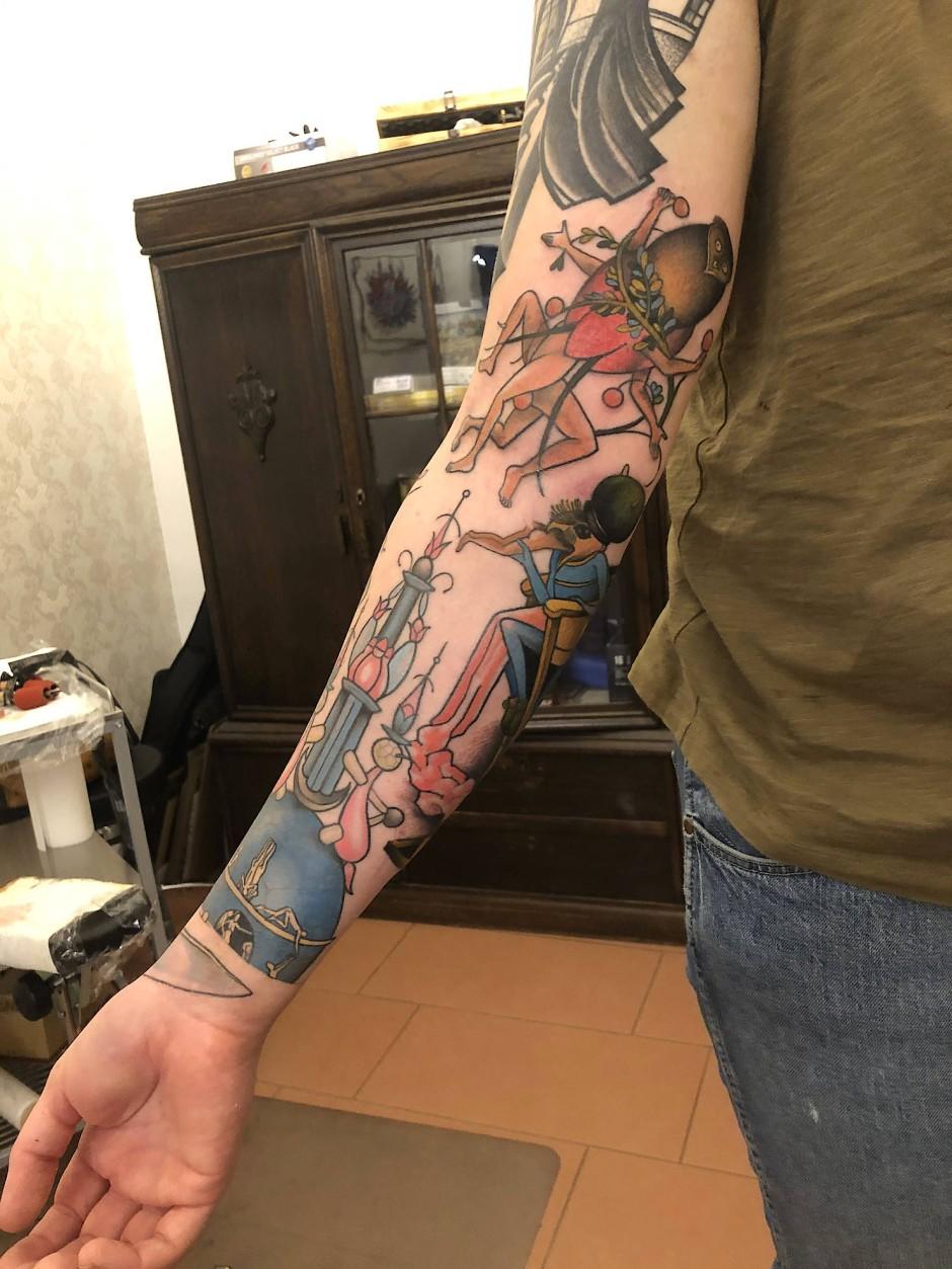 """Den """"Garten der Lüste"""" betrachtete er während seines Studiums stundenlang: Heute hat er mehrere Motive von Hieronymus Bosch auf seinem rechten Unterarm."""