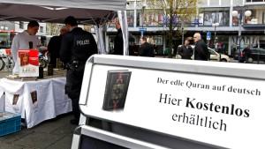 Vorwürfe gegen Salafisten wegen Koranverteilung
