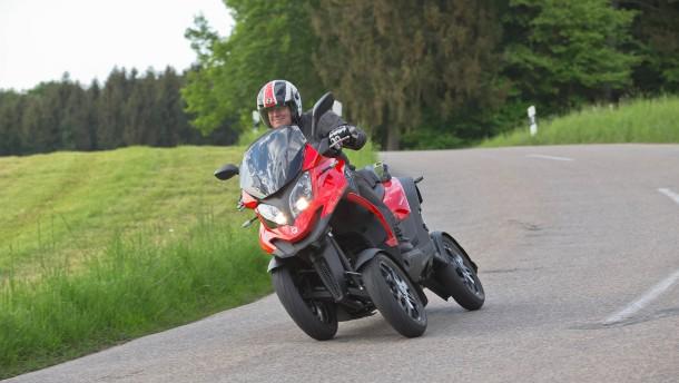 Ein Roller mit vier Rädern