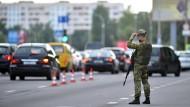 Am Tag der Präsidentschaftswahlen bewacht ein Soldat der Sonderpolizei einen Kontrollpunkt an einer Straße am Stadtrand von Minsk.