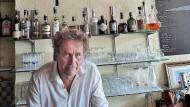 """Alex Capus am Ort des zufriedenen Lebens, in seiner eigenen """"Bar Galicia"""""""
