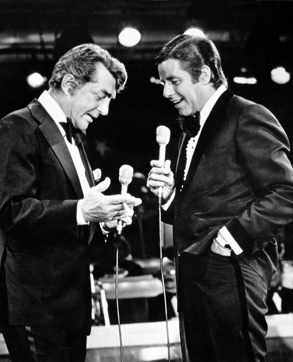 """Jerry Lewis und Dean Martin im Jahr 1976 bei der jährlichen Fernsehsendung zum Sammeln von Spenden für die """"Muscular Dystrophy Association"""""""
