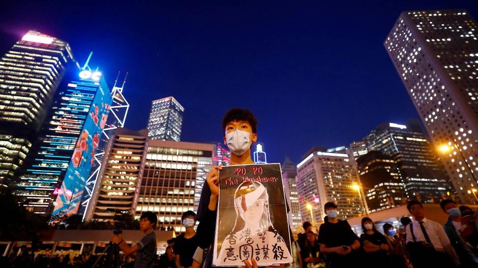 Studenten demonstrieren am 22. August vor dem Rathaus in Hongkong.