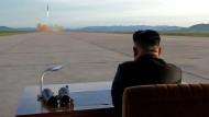 Nordkoreas Diktator beobachtet den Start einer Hwasong-12 Rakete.