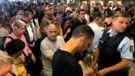 Chaos am Frankfurter Flughafen wegen Teilsperrung von Terminal 1: Ein Mann hat mit einem Kind die Sicherheitskontrolle ohne Befugnis überschritten.