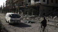 """Angesichts des Leids in Syrien, hier ein Foto eines Vororts von Damaskus, fragt sich nicht nur der Hardliner John McCain: """"Wieso darf Russland eigentlich noch Tage weiterbomben?"""""""