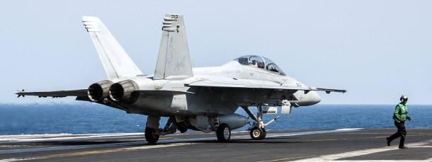 Ein amerikanisches Militärflugzeug landet nach Luftangriffen gegen IS-Stellungen in Syrien auf einem Flugzeugträger