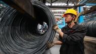 Ein chinesischer Arbeiter in einer Stahlfabrik.