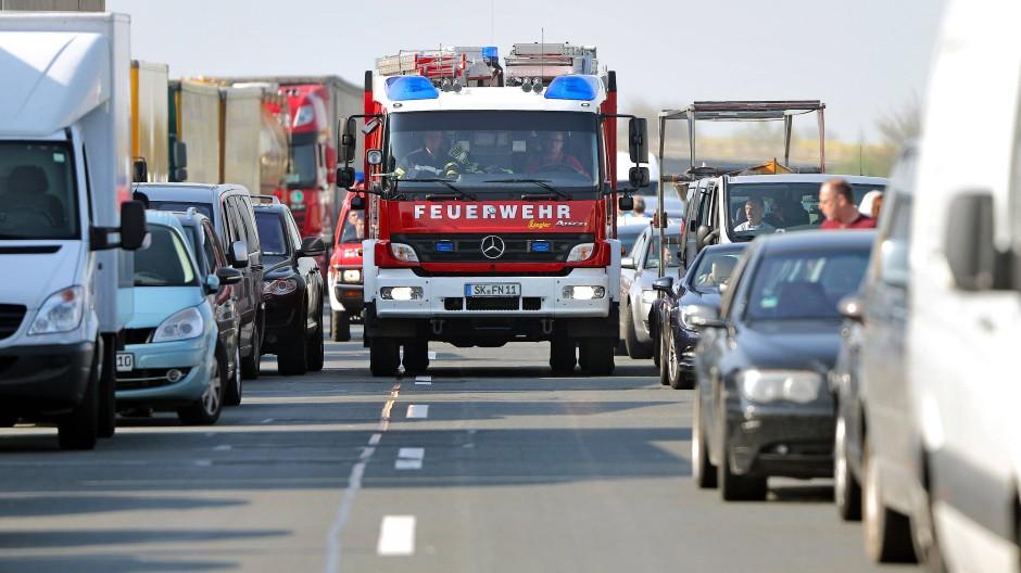 Vorbildlich: Eine Rettungsgasse sollte breit genug für Einsatzfahrzeuge sein