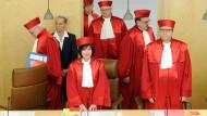 Bundesverfassungsrichter Peter Huber (links) meint, es liege im Wesen des Gerichts, der Politik Schwierigkeiten zu bereiten
