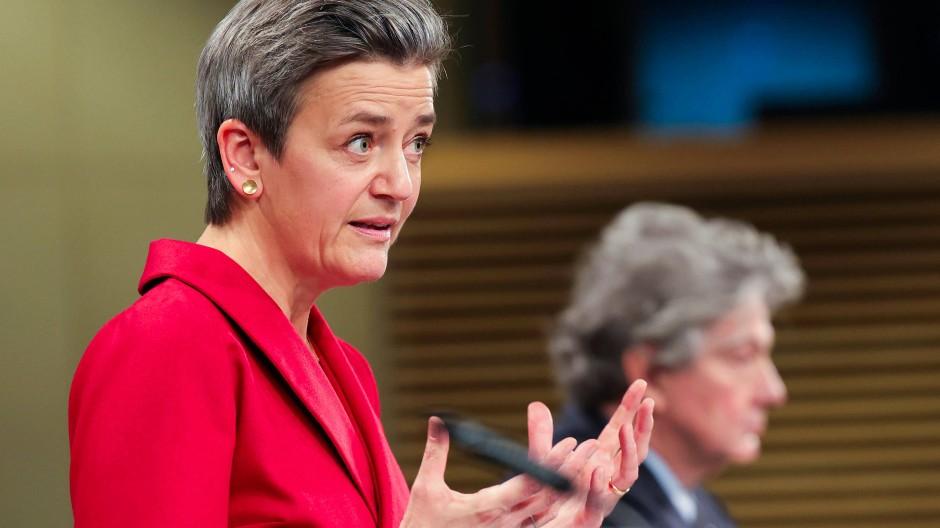 Margrethe Vestager, die zuständige Kommissarin für Digitales, und der Binnenmarktkommissar Thierry Breton, erläutern der Presse am 15.12.2020 in Brüssel die neuen Regulierungsschritte.