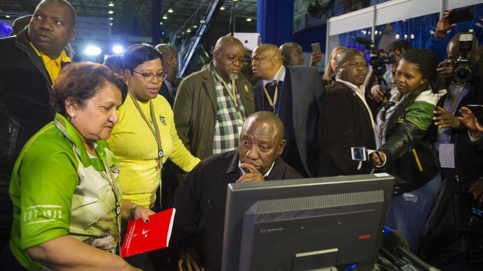 ANC-Mitglieder nach der Bekanntgabe der Wahlergebnisse in Pretoria