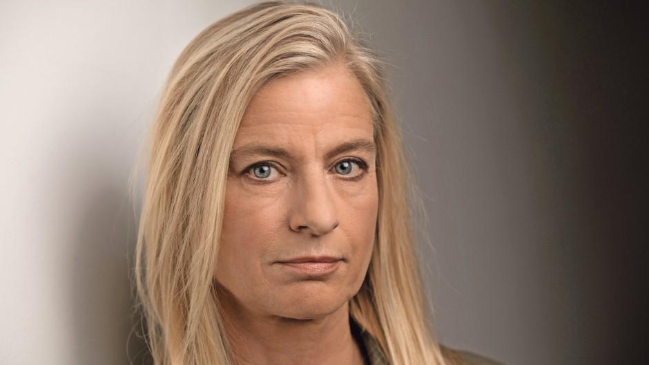 Ina Knobloch, geboren in Karlsruhe, aufgewachsen in Frankfurt, ist promovierte Biologin, Dokumentarfilmerin und Autorin.